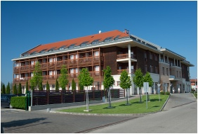 Hotel Aquarell, Cegléd, Épület