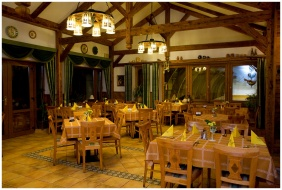 Wellness Hotel & Equestrıan Park Hetkut, Dınınğ room - Mor