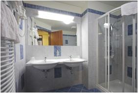 Hotel Benczúr, Budapest, Bathroom
