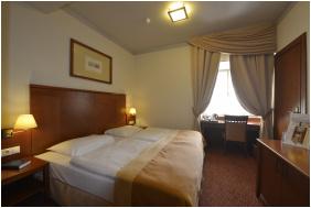 - Hotel Magyar Király