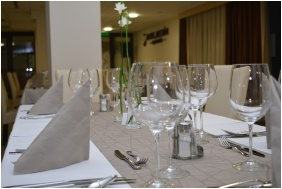 Festive place setting, Hotel Median, Hajdunanas