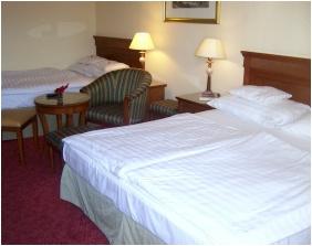 Camera cu trei paturi, Hotel Romantik, Eger