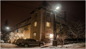 Kikelet Club Hotel, Building in the evening