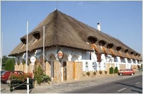 Oreg Halasz Hotel & Restaurant, Tat, Building