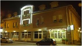 Épület este, Hotel Vadászkürt, Székesfehérvár