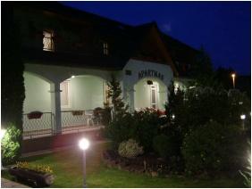 Épület este, Rajna Apartman, Bogács