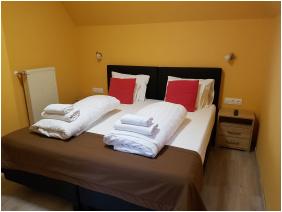 - Relax Hotel Hévíznél